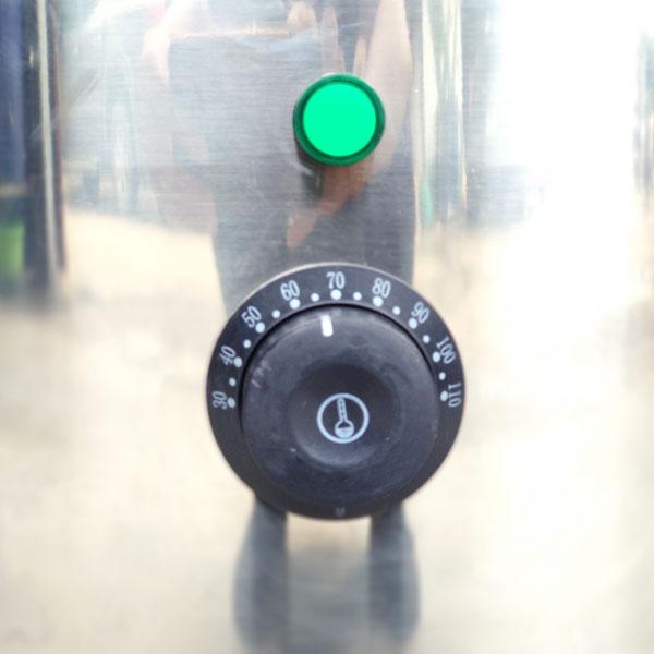 Núm điều khiển nhiệt độ trên nồi nấu phở mâm nhiệt