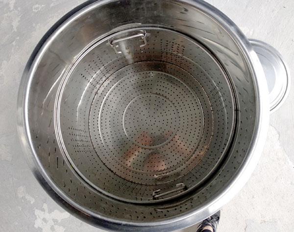 Bên trong khoang nấu có giỏ hầm xương (giỏ hấp)